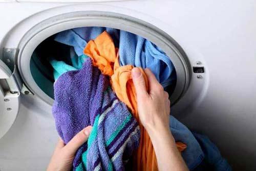để quần áo quá lâu trong lồng giặt
