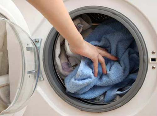 Giặt quần áo bằng máy giặt Electrolux