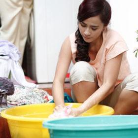 giặt quần áo cho trẻ nhỏ